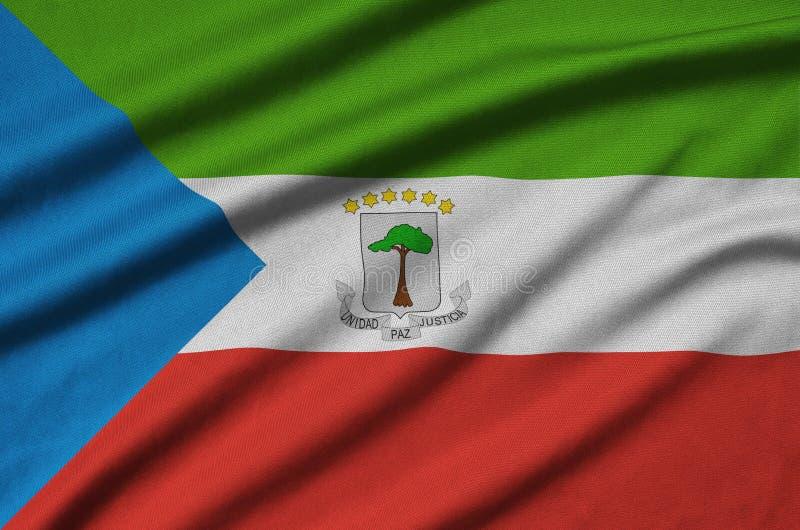 Η σημαία της Ισημερινής Γουινέας απεικονίζεται σε ένα ύφασμα αθλητικών υφασμάτων με πολλές πτυχές Έμβλημα αθλητικών ομάδων στοκ εικόνα με δικαίωμα ελεύθερης χρήσης