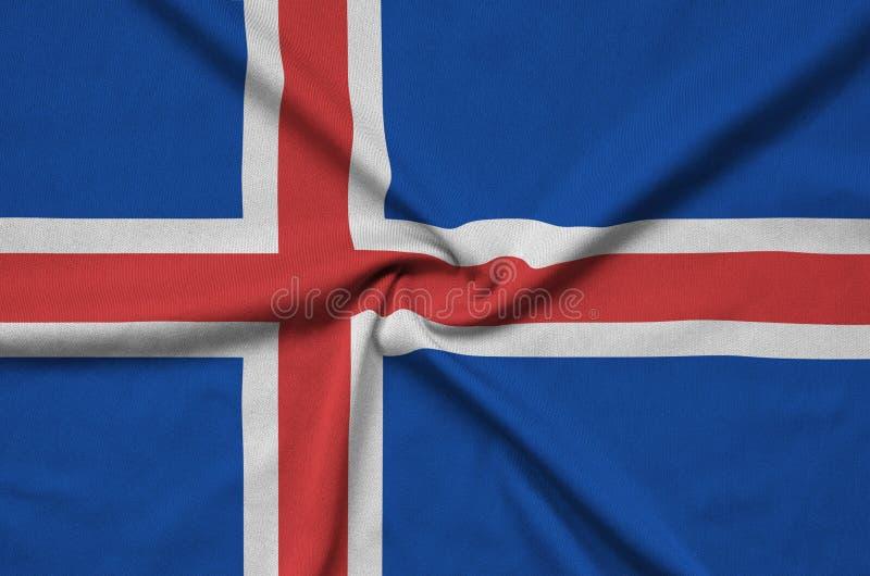 Η σημαία της Ισλανδίας απεικονίζεται σε ένα ύφασμα αθλητικών υφασμάτων με πολλές πτυχές Έμβλημα αθλητικών ομάδων στοκ εικόνες
