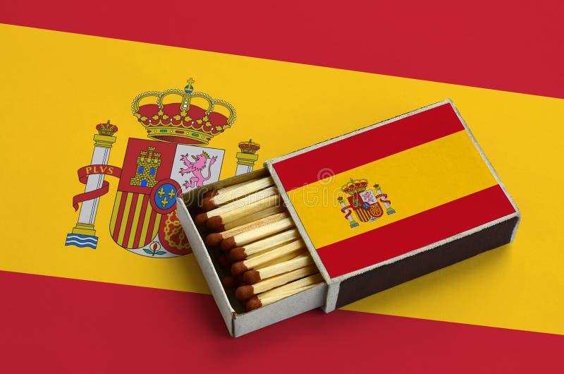 Η σημαία της Ισπανίας παρουσιάζεται σε ένα ανοικτό σπιρτόκουτο, το οποίο γεμίζουν με τις αντιστοιχίες και βρίσκεται σε μια μεγάλη στοκ φωτογραφία με δικαίωμα ελεύθερης χρήσης