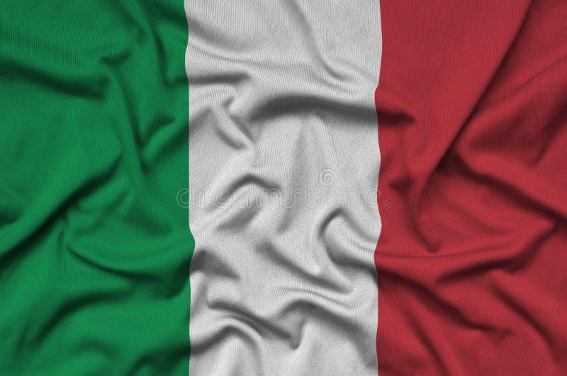 Η σημαία της Ιταλίας απεικονίζεται σε ένα ύφασμα αθλητικών υφασμάτων με πολλές πτυχές Έμβλημα αθλητικών ομάδων στοκ εικόνα με δικαίωμα ελεύθερης χρήσης
