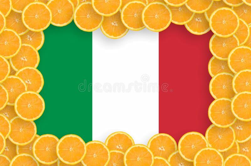 Η σημαία της Ιταλίας στο φρέσκο εσπεριδοειδές τεμαχίζει το πλαίσιο στοκ φωτογραφία με δικαίωμα ελεύθερης χρήσης