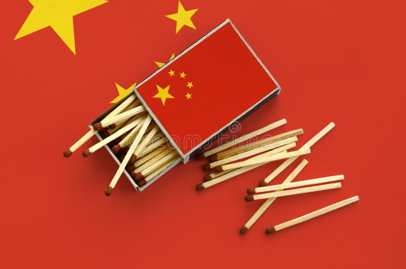Η σημαία της Κίνας παρουσιάζεται σε ένα ανοικτό σπιρτόκουτο, από το οποίο διάφορες αντιστοιχίες αφορούν και βρίσκονται μια μεγάλη στοκ φωτογραφία