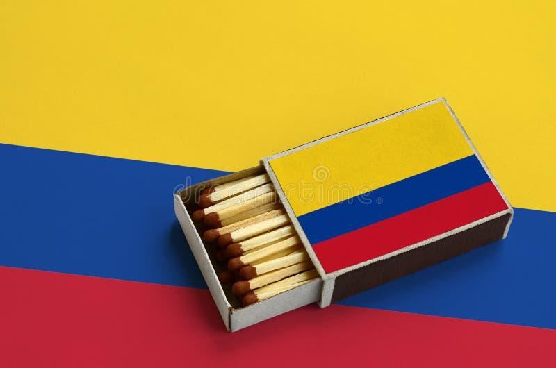 Η σημαία της Κολομβίας παρουσιάζεται σε ένα ανοικτό σπιρτόκουτο, το οποίο γεμίζουν με τις αντιστοιχίες και βρίσκεται σε μια μεγάλ στοκ φωτογραφία με δικαίωμα ελεύθερης χρήσης