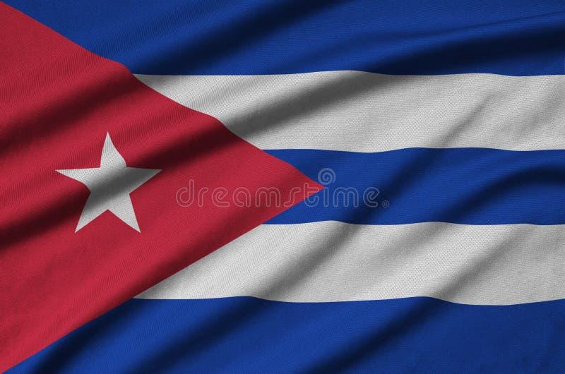 Η σημαία της Κούβας απεικονίζεται σε ένα ύφασμα αθλητικών υφασμάτων με πολλές πτυχές Έμβλημα αθλητικών ομάδων στοκ εικόνα