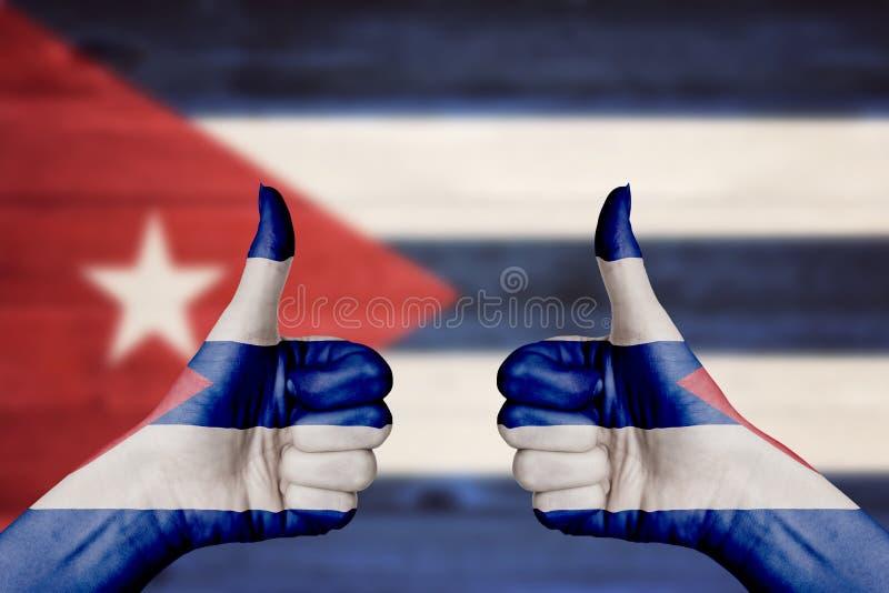 Η σημαία της Κούβας που χρωματίζεται σε ετοιμότητα θηλυκά φυλλομετρεί επάνω στοκ εικόνα
