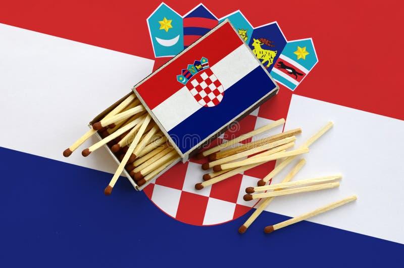 Η σημαία της Κροατίας παρουσιάζεται σε ένα ανοικτό σπιρτόκουτο, από το οποίο διάφορες αντιστοιχίες αφορούν και βρίσκονται μια μεγ στοκ φωτογραφίες με δικαίωμα ελεύθερης χρήσης