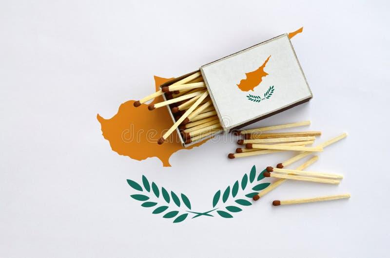 Η σημαία της Κύπρου παρουσιάζεται σε ένα ανοικτό σπιρτόκουτο, από το οποίο διάφορες αντιστοιχίες αφορούν και βρίσκονται μια μεγάλ στοκ εικόνα