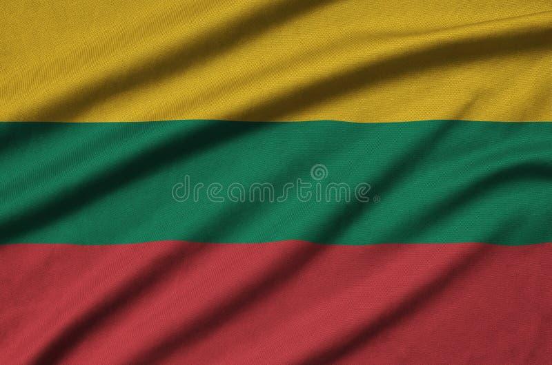 Η σημαία της Λιθουανίας απεικονίζεται σε ένα ύφασμα αθλητικών υφασμάτων με πολλές πτυχές Έμβλημα αθλητικών ομάδων στοκ εικόνες