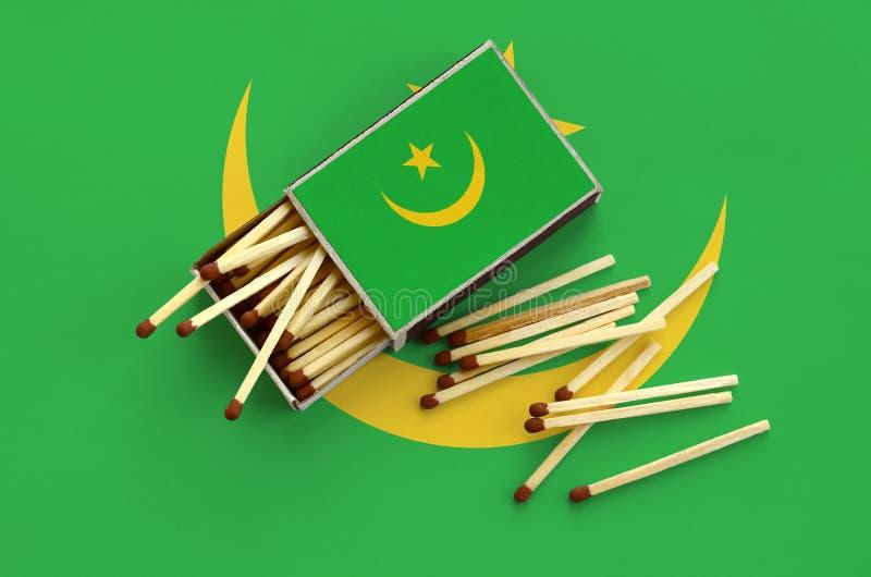 Η σημαία της Μαυριτανίας παρουσιάζεται σε ένα ανοικτό σπιρτόκουτο, από το οποίο διάφορες αντιστοιχίες αφορούν και βρίσκονται μια  στοκ φωτογραφίες