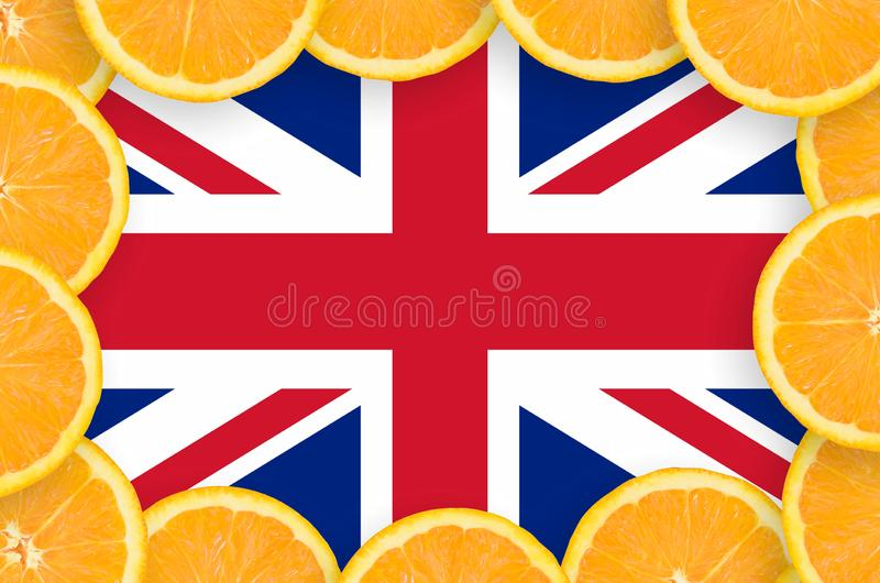 Η σημαία της Μεγάλης Βρετανίας στο φρέσκο εσπεριδοειδές τεμαχίζει το πλαίσιο στοκ φωτογραφία