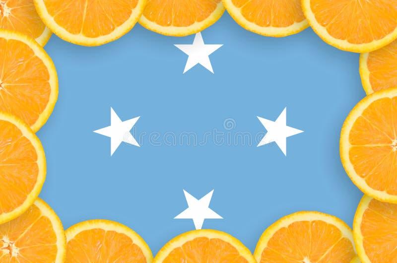 Η σημαία της Μικρονησίας στο φρέσκο εσπεριδοειδές τεμαχίζει το πλαίσιο στοκ εικόνες