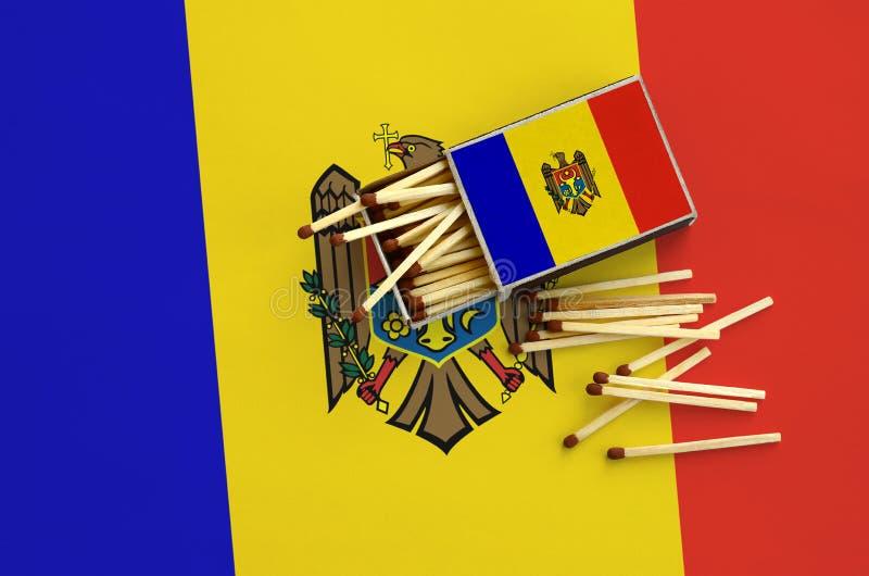 Η σημαία της Μολδαβίας παρουσιάζεται σε ένα ανοικτό σπιρτόκουτο, από το οποίο διάφορες αντιστοιχίες αφορούν και βρίσκονται μια με στοκ φωτογραφίες με δικαίωμα ελεύθερης χρήσης