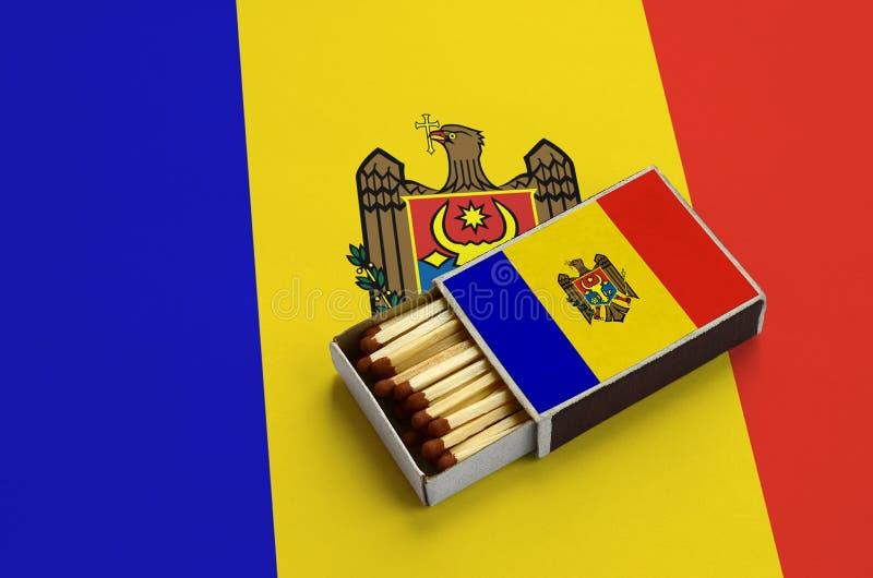 Η σημαία της Μολδαβίας παρουσιάζεται σε ένα ανοικτό σπιρτόκουτο, το οποίο γεμίζουν με τις αντιστοιχίες και βρίσκεται σε μια μεγάλ στοκ φωτογραφία με δικαίωμα ελεύθερης χρήσης