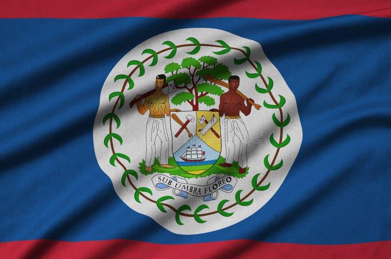 Η σημαία της Μπελίζ απεικονίζεται σε ένα ύφασμα αθλητικών υφασμάτων με πολλές πτυχές Έμβλημα αθλητικών ομάδων στοκ εικόνα