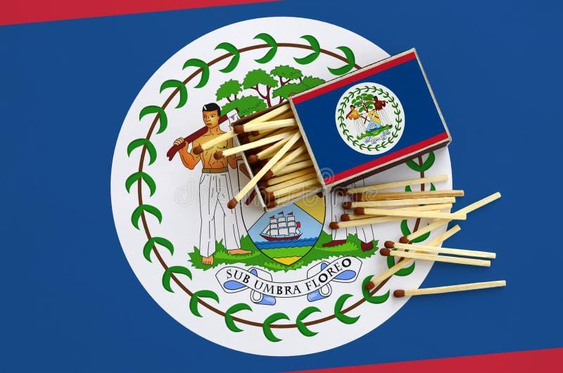 Η σημαία της Μπελίζ παρουσιάζεται σε ένα ανοικτό σπιρτόκουτο, από το οποίο διάφορες αντιστοιχίες αφορούν και βρίσκονται μια μεγάλ στοκ φωτογραφίες με δικαίωμα ελεύθερης χρήσης