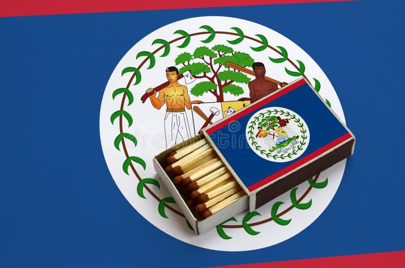 Η σημαία της Μπελίζ παρουσιάζεται σε ένα ανοικτό σπιρτόκουτο, το οποίο γεμίζουν με τις αντιστοιχίες και βρίσκεται σε μια μεγάλη σ στοκ εικόνες