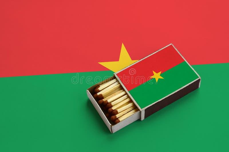 Η σημαία της Μπουρκίνα Φάσο παρουσιάζεται σε ένα ανοικτό σπιρτόκουτο, το οποίο γεμίζουν με τις αντιστοιχίες και βρίσκεται σε μια  στοκ φωτογραφίες με δικαίωμα ελεύθερης χρήσης