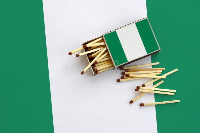 Η σημαία της Νιγηρίας παρουσιάζεται σε ένα ανοικτό σπιρτόκουτο, από το οποίο διάφορες αντιστοιχίες αφορούν και βρίσκονται μια μεγ στοκ φωτογραφίες με δικαίωμα ελεύθερης χρήσης