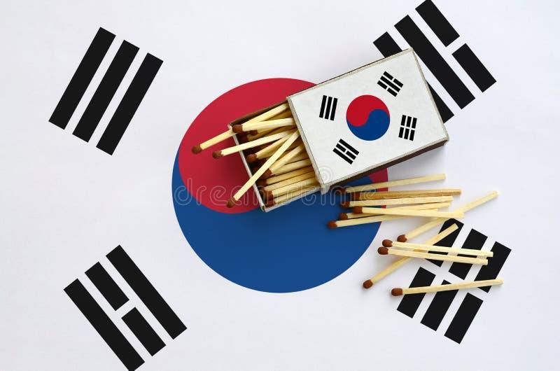 Η σημαία της Νότιας Κορέας παρουσιάζεται σε ένα ανοικτό σπιρτόκουτο, από το οποίο διάφορες αντιστοιχίες αφορούν και βρίσκονται μι στοκ εικόνα με δικαίωμα ελεύθερης χρήσης