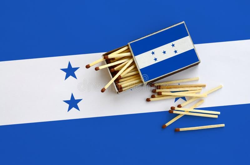 Η σημαία της Ονδούρας παρουσιάζεται σε ένα ανοικτό σπιρτόκουτο, από το οποίο διάφορες αντιστοιχίες αφορούν και βρίσκονται μια μεγ στοκ εικόνα με δικαίωμα ελεύθερης χρήσης