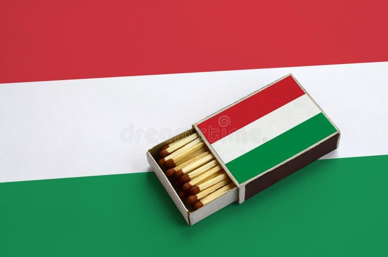 Η σημαία της Ουγγαρίας παρουσιάζεται σε ένα ανοικτό σπιρτόκουτο, το οποίο γεμίζουν με τις αντιστοιχίες και βρίσκεται σε μια μεγάλ στοκ φωτογραφία με δικαίωμα ελεύθερης χρήσης