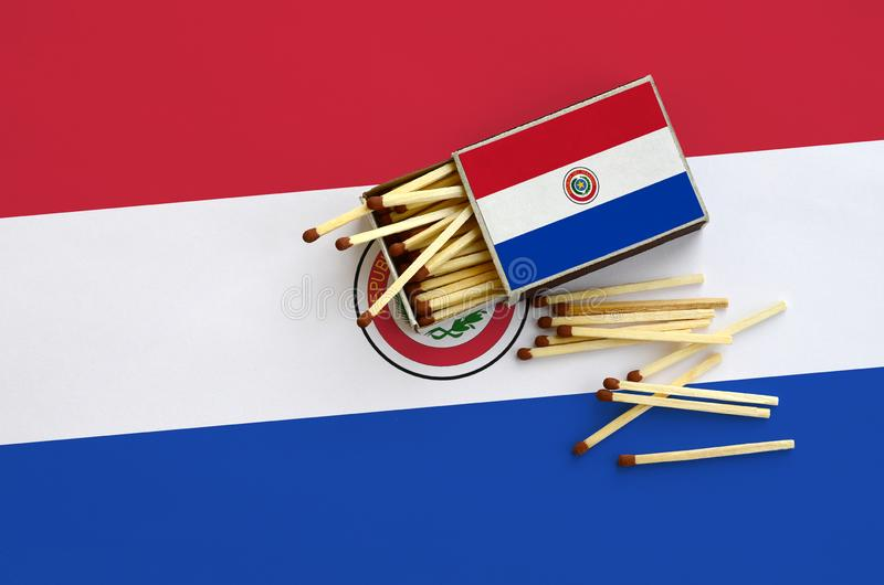 Η σημαία της Παραγουάης παρουσιάζεται σε ένα ανοικτό σπιρτόκουτο, από το οποίο διάφορες αντιστοιχίες αφορούν και βρίσκονται μια μ στοκ φωτογραφία με δικαίωμα ελεύθερης χρήσης