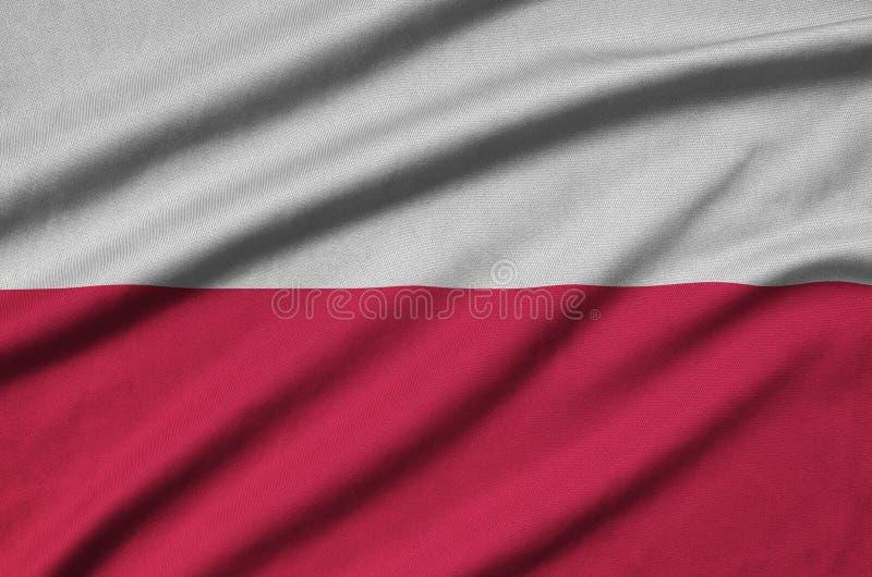 Η σημαία της Πολωνίας απεικονίζεται σε ένα ύφασμα αθλητικών υφασμάτων με πολλές πτυχές Έμβλημα αθλητικών ομάδων στοκ φωτογραφία