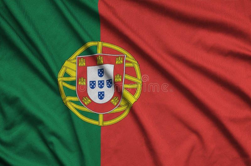 Η σημαία της Πορτογαλίας απεικονίζεται σε ένα ύφασμα αθλητικών υφασμάτων με πολλές πτυχές Έμβλημα αθλητικών ομάδων στοκ φωτογραφίες