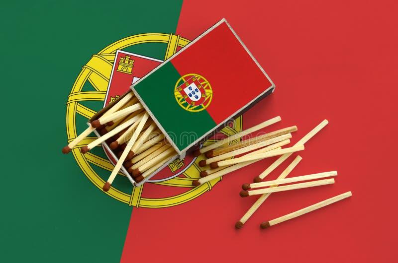 Η σημαία της Πορτογαλίας παρουσιάζεται σε ένα ανοικτό σπιρτόκουτο, από το οποίο διάφορες αντιστοιχίες αφορούν και βρίσκονται μια  στοκ εικόνες