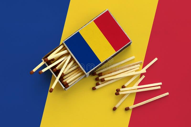 Η σημαία της Ρουμανίας παρουσιάζεται σε ένα ανοικτό σπιρτόκουτο, από το οποίο διάφορες αντιστοιχίες αφορούν και βρίσκονται μια με στοκ φωτογραφίες