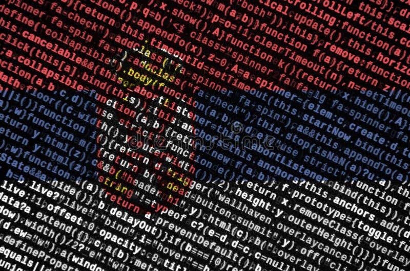 Η σημαία της Σερβίας απεικονίζεται στην οθόνη με τον κώδικα προγράμματος Η έννοια της σύγχρονων τεχνολογίας και της ανάπτυξης περ στοκ εικόνες