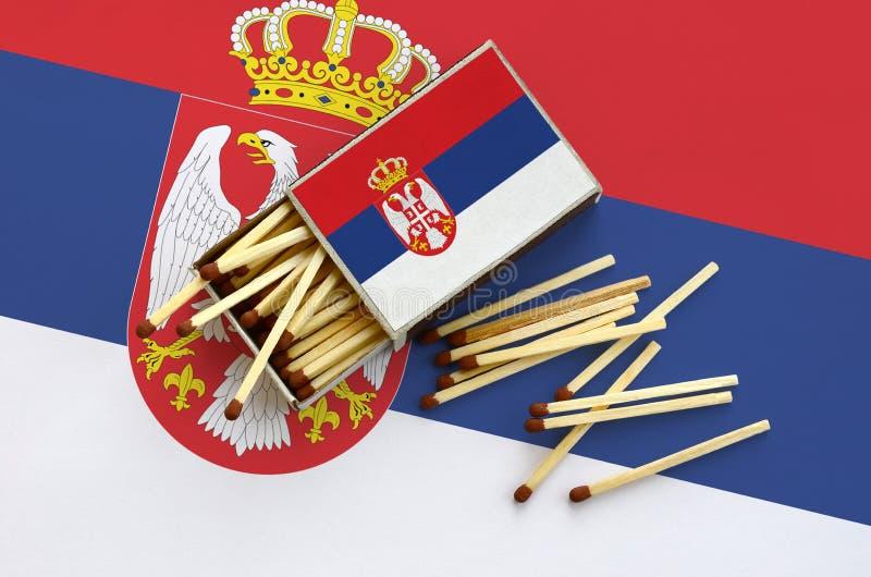 Η σημαία της Σερβίας παρουσιάζεται σε ένα ανοικτό σπιρτόκουτο, από το οποίο διάφορες αντιστοιχίες αφορούν και βρίσκονται μια μεγά στοκ φωτογραφίες με δικαίωμα ελεύθερης χρήσης