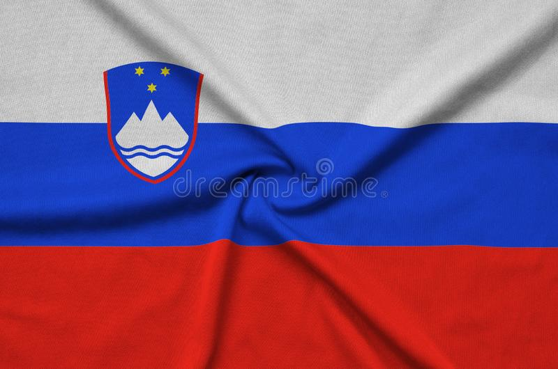 Η σημαία της Σλοβενίας απεικονίζεται σε ένα ύφασμα αθλητικών υφασμάτων με πολλές πτυχές Έμβλημα αθλητικών ομάδων στοκ εικόνες με δικαίωμα ελεύθερης χρήσης