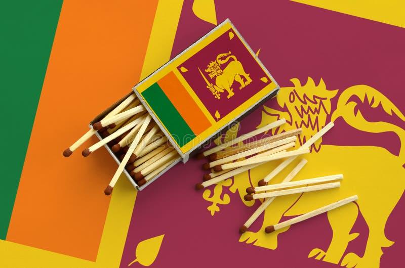 Η σημαία της Σρι Λάνκα παρουσιάζεται σε ένα ανοικτό σπιρτόκουτο, από το οποίο διάφορες αντιστοιχίες αφορούν και βρίσκονται μια με στοκ φωτογραφία με δικαίωμα ελεύθερης χρήσης