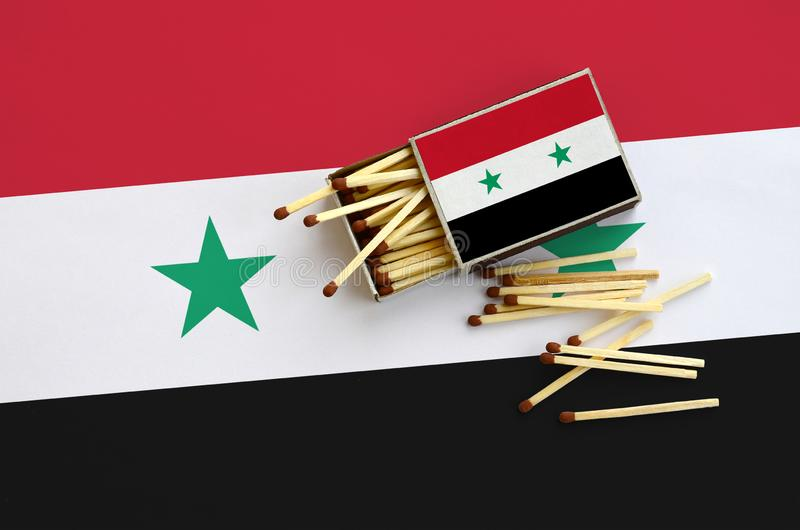 Η σημαία της Συρίας παρουσιάζεται σε ένα ανοικτό σπιρτόκουτο, από το οποίο διάφορες αντιστοιχίες αφορούν και βρίσκονται μια μεγάλ στοκ φωτογραφία με δικαίωμα ελεύθερης χρήσης