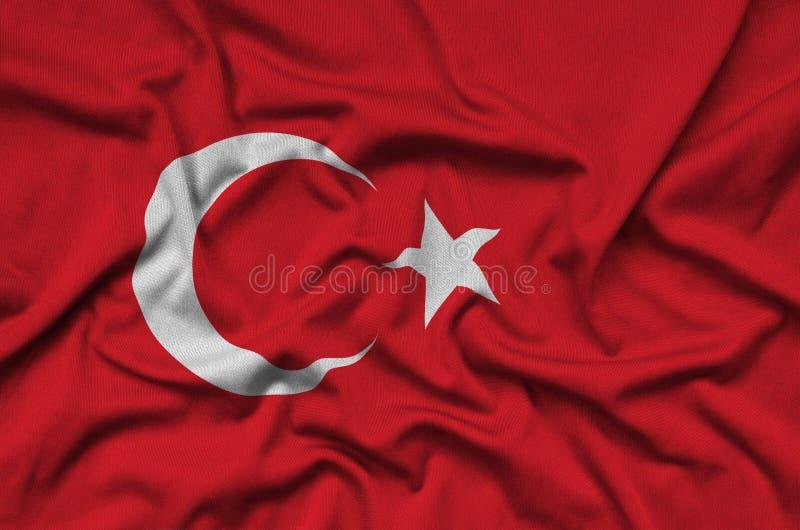 Η σημαία της Τουρκίας απεικονίζεται σε ένα ύφασμα αθλητικών υφασμάτων με πολλές πτυχές Έμβλημα αθλητικών ομάδων στοκ φωτογραφία με δικαίωμα ελεύθερης χρήσης