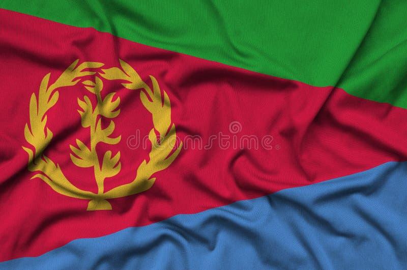 Η σημαία της Eritrea απεικονίζεται σε ένα ύφασμα αθλητικών υφασμάτων με πολλές πτυχές Έμβλημα αθλητικών ομάδων στοκ εικόνες