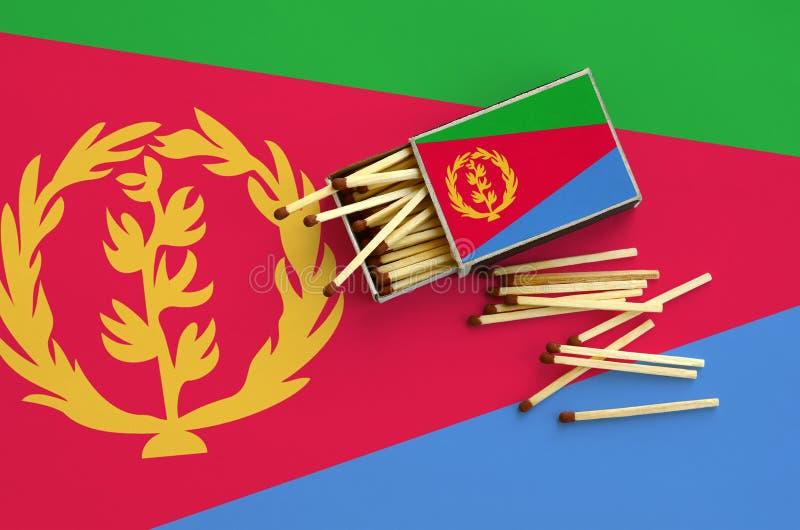 Η σημαία της Eritrea παρουσιάζεται σε ένα ανοικτό σπιρτόκουτο, από το οποίο διάφορες αντιστοιχίες αφορούν και βρίσκονται μια μεγά στοκ εικόνα με δικαίωμα ελεύθερης χρήσης