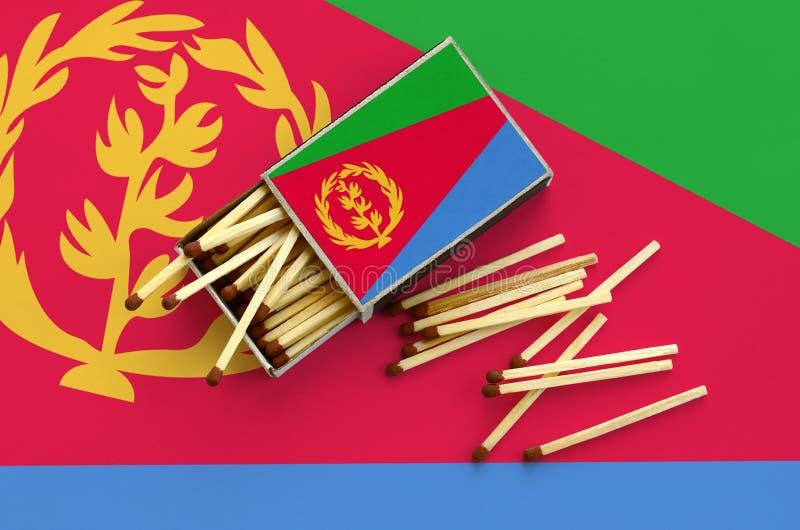 Η σημαία της Eritrea παρουσιάζεται σε ένα ανοικτό σπιρτόκουτο, από το οποίο διάφορες αντιστοιχίες αφορούν και βρίσκονται μια μεγά στοκ φωτογραφία