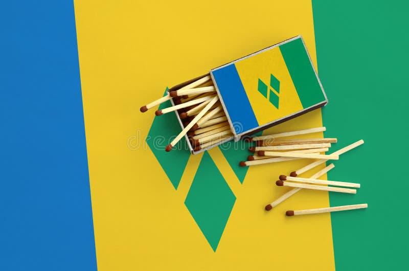 Η σημαία του Άγιου Βικεντίου και Γρεναδίνες παρουσιάζεται σε ένα ανοικτό σπιρτόκουτο, από το οποίο διάφορες αντιστοιχίες αφορούν  στοκ εικόνες