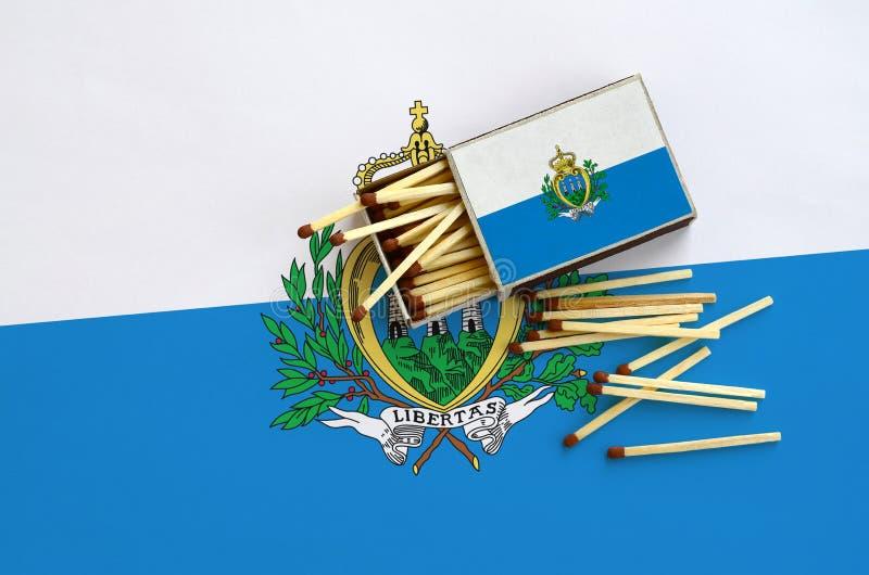 Η σημαία του Άγιου Μαρίνου παρουσιάζεται σε ένα ανοικτό σπιρτόκουτο, από το οποίο διάφορες αντιστοιχίες αφορούν και βρίσκονται μι στοκ φωτογραφίες