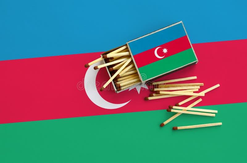 Η σημαία του Αζερμπαϊτζάν παρουσιάζεται σε ένα ανοικτό σπιρτόκουτο, από το οποίο διάφορες αντιστοιχίες αφορούν και βρίσκονται μια στοκ εικόνες