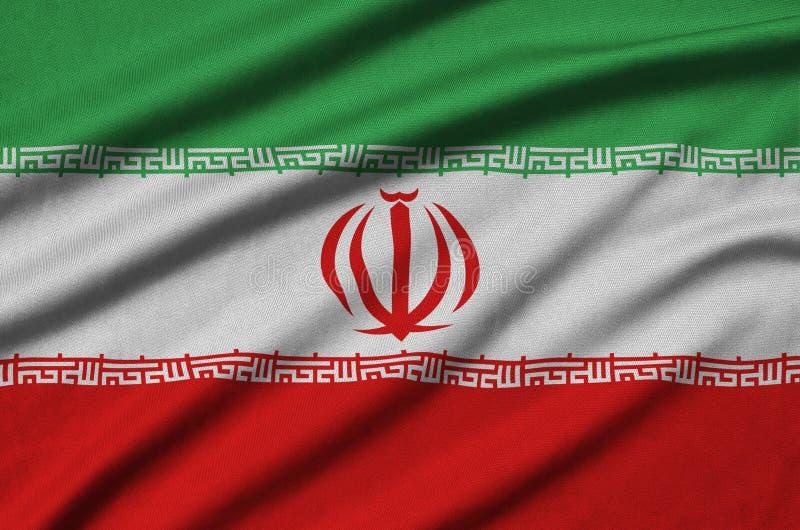 Η σημαία του Ιράν απεικονίζεται σε ένα ύφασμα αθλητικών υφασμάτων με πολλές πτυχές Έμβλημα αθλητικών ομάδων στοκ φωτογραφία