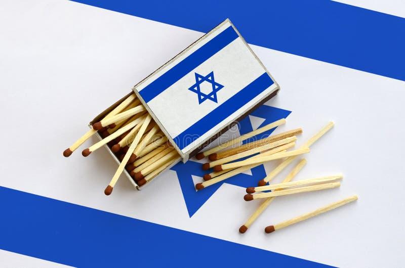 Η σημαία του Ισραήλ παρουσιάζεται σε ένα ανοικτό σπιρτόκουτο, από το οποίο διάφορες αντιστοιχίες αφορούν και βρίσκονται μια μεγάλ στοκ φωτογραφία