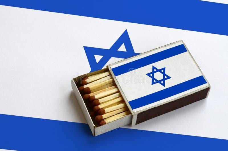 Η σημαία του Ισραήλ παρουσιάζεται σε ένα ανοικτό σπιρτόκουτο, το οποίο γεμίζουν με τις αντιστοιχίες και βρίσκεται σε μια μεγάλη σ στοκ εικόνες