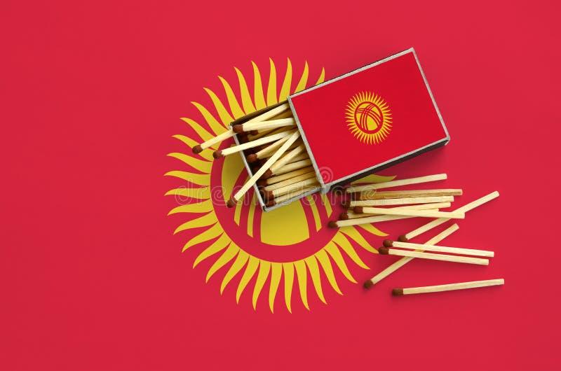 Η σημαία του Κιργιστάν παρουσιάζεται σε ένα ανοικτό σπιρτόκουτο, από το οποίο διάφορες αντιστοιχίες αφορούν και βρίσκονται μια με στοκ εικόνες με δικαίωμα ελεύθερης χρήσης