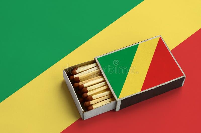 Η σημαία του Κονγκό παρουσιάζεται σε ένα ανοικτό σπιρτόκουτο, το οποίο γεμίζουν με τις αντιστοιχίες και βρίσκεται σε μια μεγάλη σ στοκ φωτογραφία με δικαίωμα ελεύθερης χρήσης