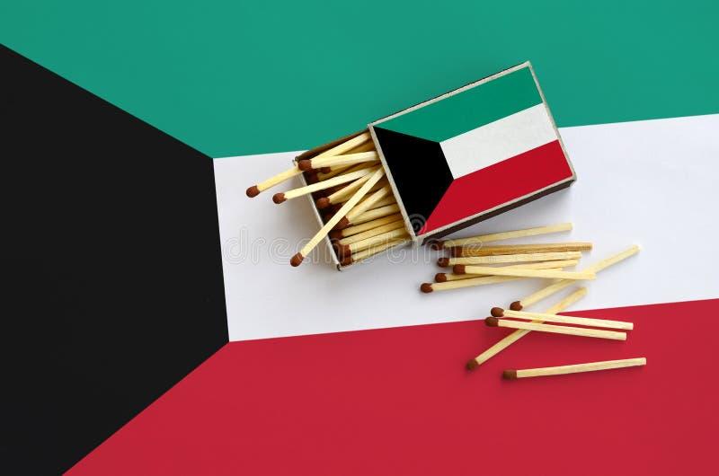 Η σημαία του Κουβέιτ παρουσιάζεται σε ένα ανοικτό σπιρτόκουτο, από το οποίο διάφορες αντιστοιχίες αφορούν και βρίσκονται μια μεγά στοκ εικόνες