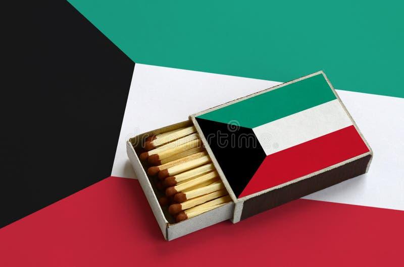Η σημαία του Κουβέιτ παρουσιάζεται σε ένα ανοικτό σπιρτόκουτο, το οποίο γεμίζουν με τις αντιστοιχίες και βρίσκεται σε μια μεγάλη  στοκ εικόνες