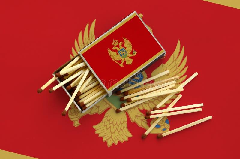 Η σημαία του Μαυροβουνίου παρουσιάζεται σε ένα ανοικτό σπιρτόκουτο, από το οποίο διάφορες αντιστοιχίες αφορούν και βρίσκονται μια στοκ φωτογραφίες με δικαίωμα ελεύθερης χρήσης